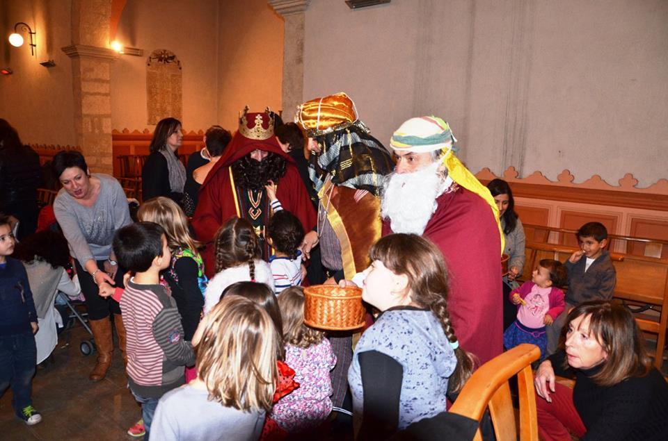 Los Reyes Magos dando caramelos